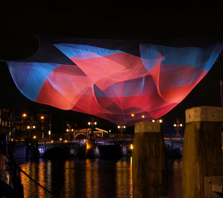 Light Festival 2012 AmsterdamJPG - Zicht op de Blauwe Brug. <br /> Janet Echelman geeft een nieuwe vorm aan het stedelijk luchtruim met monumentale,