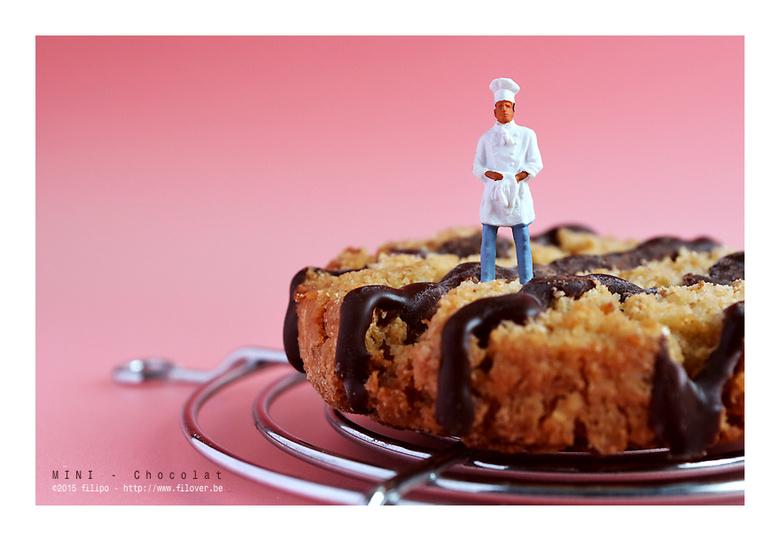 MINI - Chocolat - Fier poseert de bakker bij zijn creatie...
