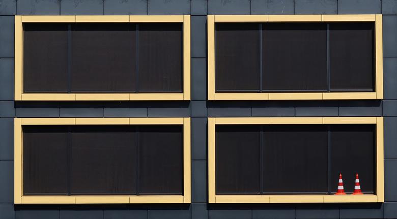 Verstoord patroon - De pilonnen verstoren het beeld van de kozijnen van het Martini ziekenhuis te Groningen.