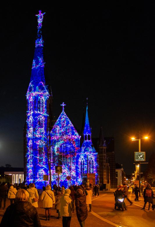 GLOW 2019 - Project 1 - Triptych Metaphor Heart - Dat liefde zich in vele vormen kan tonen, is zichtbaar op de façade van de Augustijnenkerk. Op deze