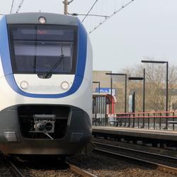 Sprinter verlaat station Almere Muziekwijk