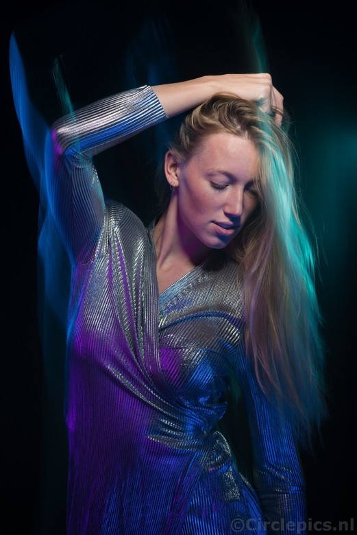 Blue moves - Uit mijn comfortzone; bewust de camera bewegen bij het maken van een portret. Belichting was een combinatie van (een beetje) daglicht, ge