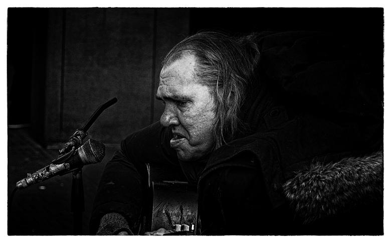 Good 2017 For Chuck - eventueel groot zien<br /> <br /> voor wie het zoetgevooisde gekweel uit de luidsprekers zat is de echte straatmuzikant, de Ha