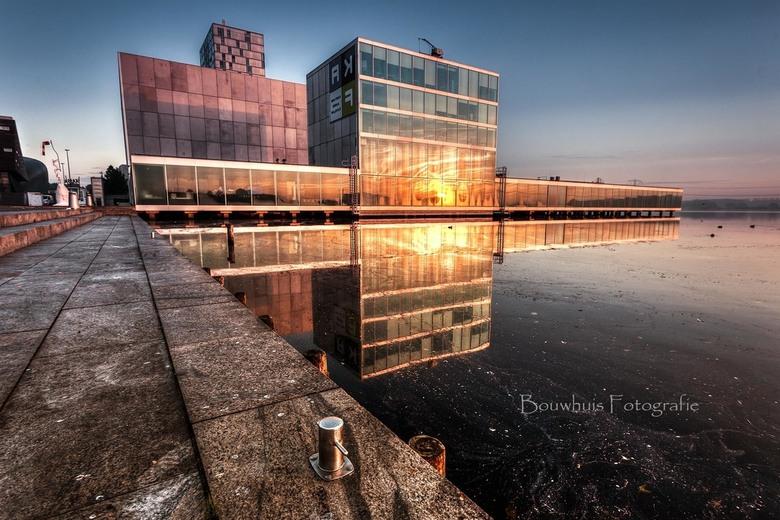 The Theatre - Mooie reflectie in het water bij de schouwburg van Almere