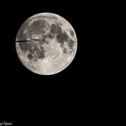 maan met vliegtuig
