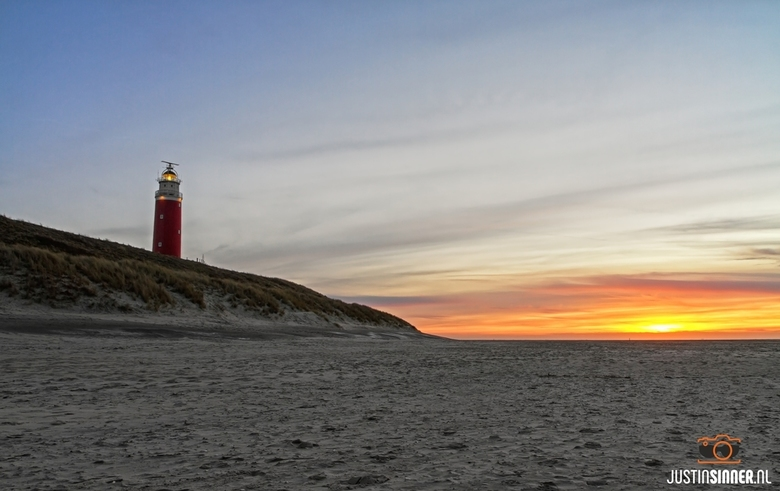 Zonsondergang en Vuurtoren op het strand van Texel.