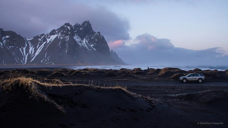 Stoksness, Ijsland - Het zwarte zand van Stokksness en de berg Vestrahorn vormen een machtig en bijna onaards landschap .. hier tegen valavond gefotog
