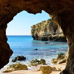 Een strand bij Albufeira in Portugal