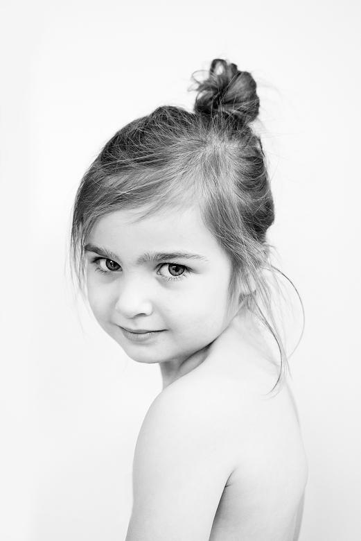 eenvoud - Ik wilde een heel gecompliceerd portret maken in photoshop. Van twee foto's; een van mijn zoon(eerder geupload) en deze van mijn dochte