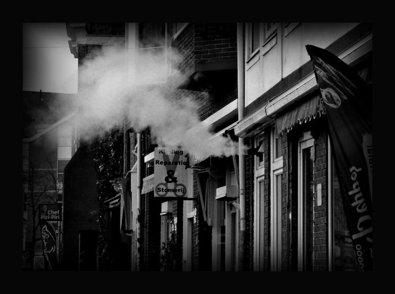 ROOK - ..Wanneer je komt aanlopen om naar de stomerij te gaan en je kleding daar wilt ophalen, zie je daar rook in de verte .. maar eenmaal dichterbij