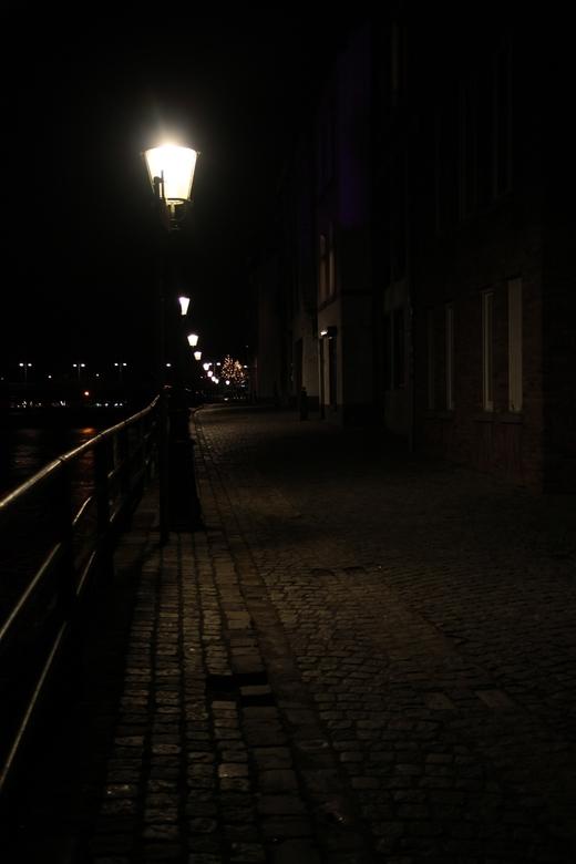 Eenzaamheid - Nachtopname gemaakt aan de Oeverwal langs de Maas in Maastricht
