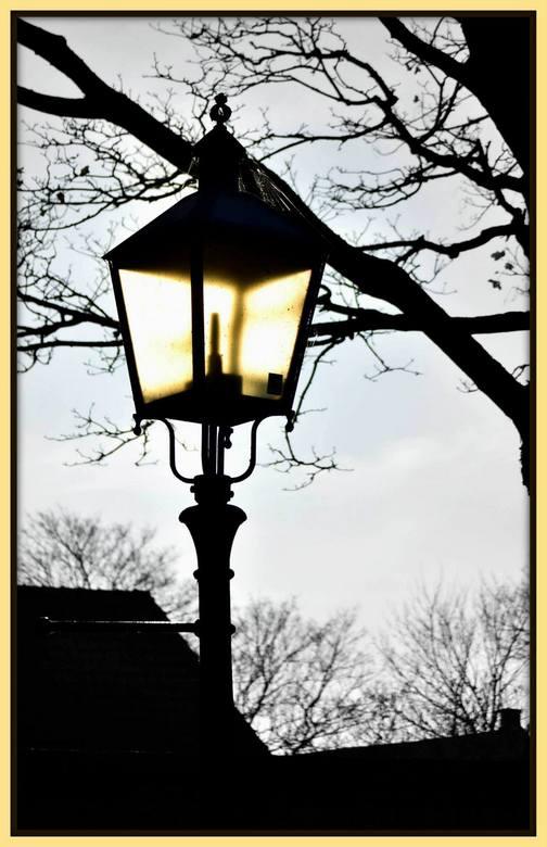 Colorlight in Black-White - Vandaag overdag genomen in Goedereede. De foto bewerkt naar zwart-wit. De lantaarn in kleur gelaten. Door het glas van de