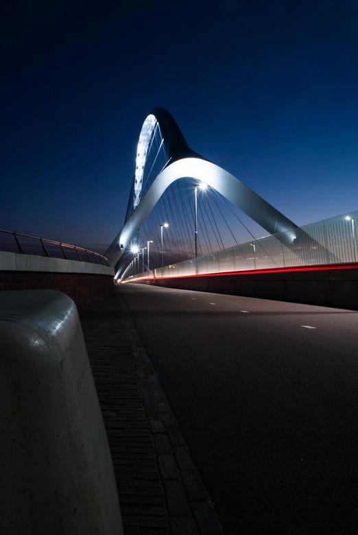 De Oversteek - Nijmegen (2) - De Oversteek in Nijmegen - opname met lange sluitertijd om het fietserslicht ook vast te leggen.