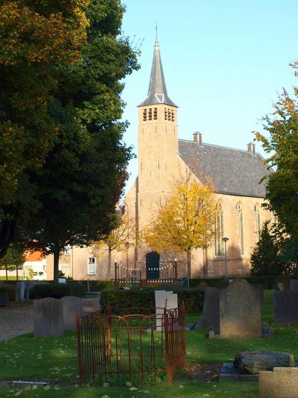 Kerk-hof - Zoals op de foto zijn voor mij de kerk en het hof onlosmakelijk met elkaar verbonden.