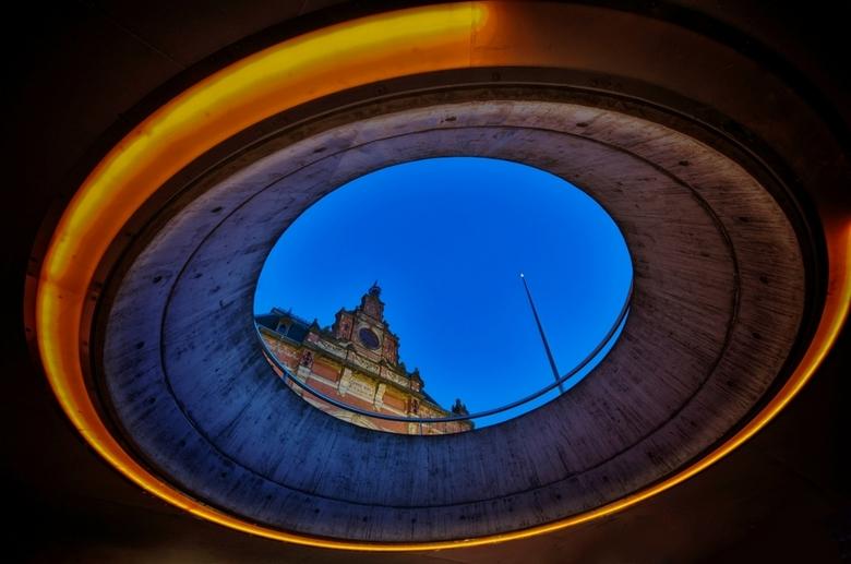 Circle of light - Foto is gemaakt vanuit de ondergrondse fietsenstalling in Groningen in de avond, Met dus buiten door het gat heen het station te zie