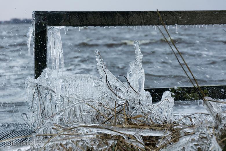 Het was nog nooit zo koud op 23 maart - Prachtige sculptueren door het opspattende water en de snijdend koude wind, helaas miste het zonnetje om het p