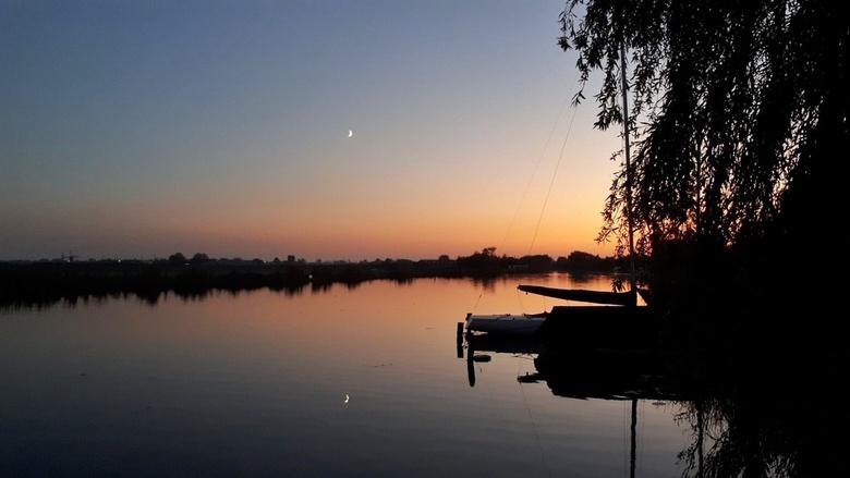 Zonsondergang - Zonsondergang met weerspiegeling van de maan