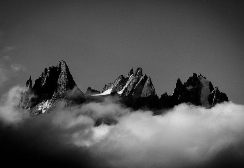 De Aiguilles van Chamonix - De Aiguille du Plan, Aiguille du Blatiere en Les Grand Charmoz, steken hoog boven de wolken uit.