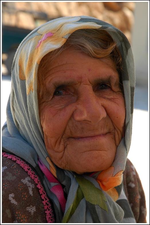 Gewoon lief - Een lief oud vrouwtje ergens op een markt nabij de stad Alanya, Turkije. Alvorens tot een aankoop over te gaan mocht je eerst alles van