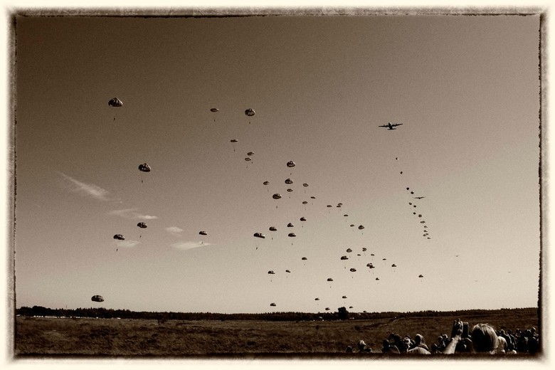 luchtlanding - De grootste luchtlandingsoperatie uit de geschiedenis. 75 jaar geleden.<br /> Nu nagebootst tijden Market Garden,op de Ginnikse Heide.