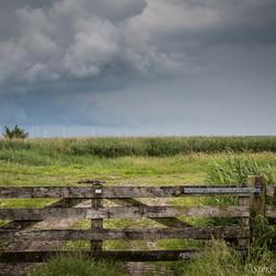 dreigende wolken in de polder