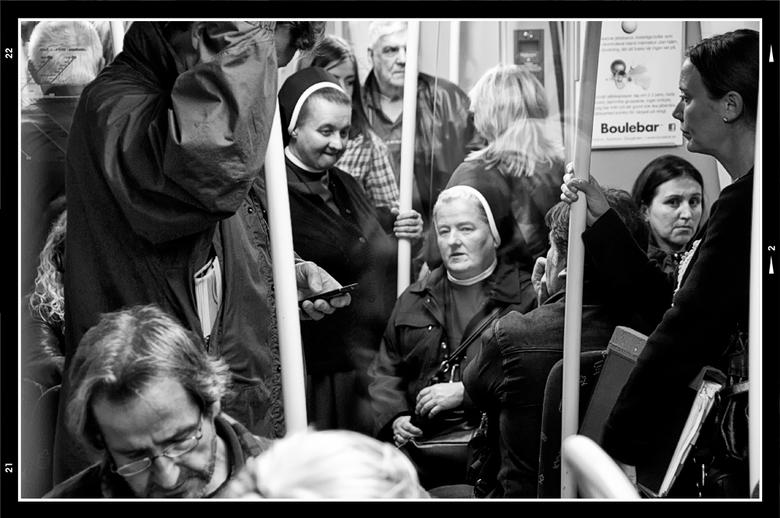 Stockholm 46 - Nav heel wat aanslagen in het verleden, is men tegenwoordig nogal op hun hoede. Overal hangen camera's, lopen beveiligers, agenten