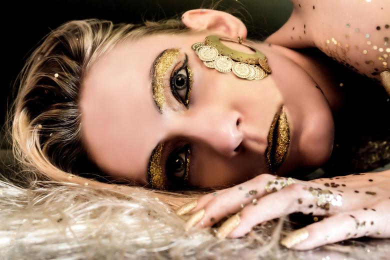 Glitter Goud  - Fotograaf Yvo Ambags<br /> <br /> Model Luna-Kissy <br /> <br /> Foto mag gebruikt worden in zoom<br /> Toestemming van iedereen
