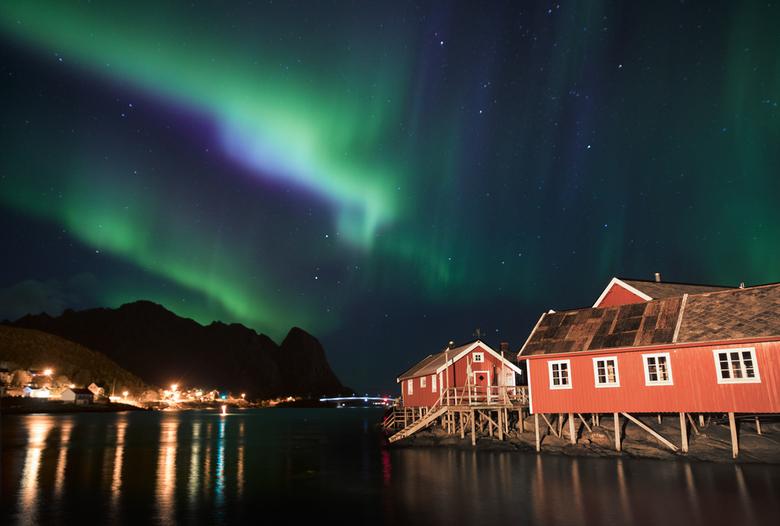 The lights over Reine - Op deze mooie, rustige nacht zat ik op een steiger te wachten tot het noorderlicht zou verschijnen. De hele tijd was de lucht