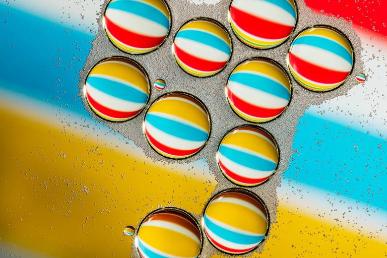 Strandballen - (Olie en Water Abstract 2) - Een tweede foto van mijn abstracte platen gemaakt met olie en water.<br /> <br /> Iedereen bedankt voor