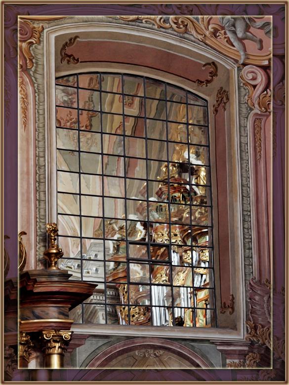 In de kerk is een spiegelraam - en dat heb ik een klein beetje rechtgezet en wat verder bewerkt en nu ziet het er zo uit.<br /> Warschau, mei 2009