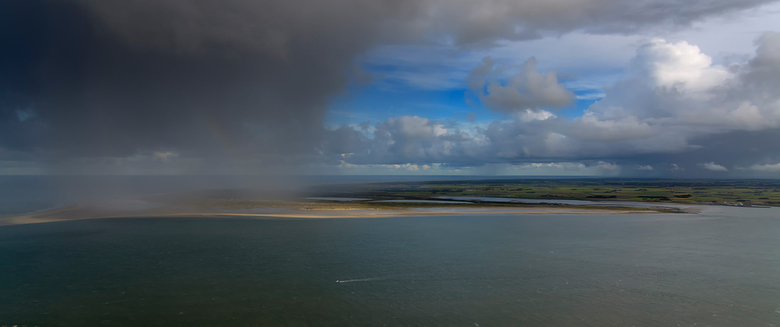 Herfstbuien Texel - Regenbuien trekken over het Waddeneiland Texel.