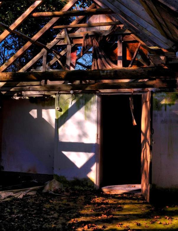 Vergane glorie.... - Oud vervallen huis. Mooi met het licht wat binnen valt. Eerst een HDR gemaakt, ge-tonemapped.