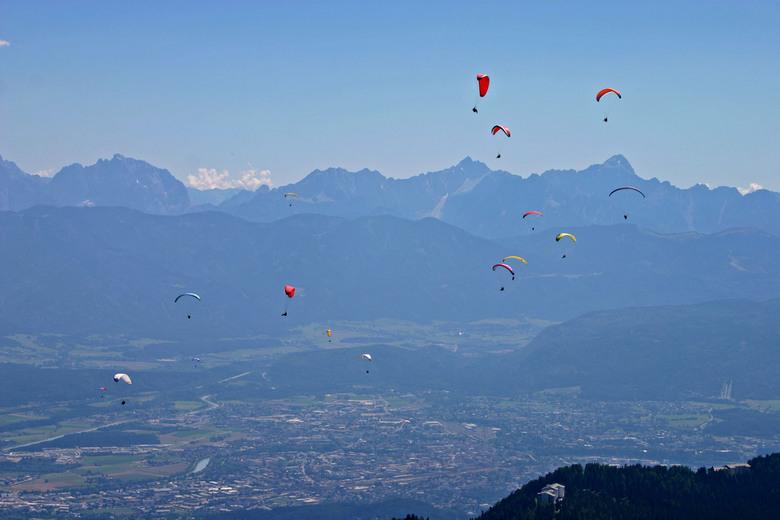Parapenten in Oostenrijk - Prachtig, al die kleuren in de lucht.
