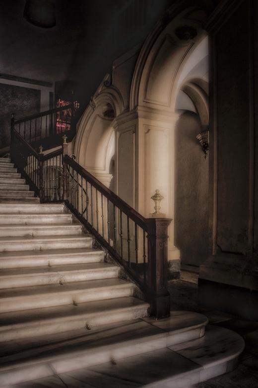 The way up..... - Altijd weer verrassend als je een gebouw binnen loopt en je treft een onverwacht mooie trappartij aan<br /> Murcia Spanje