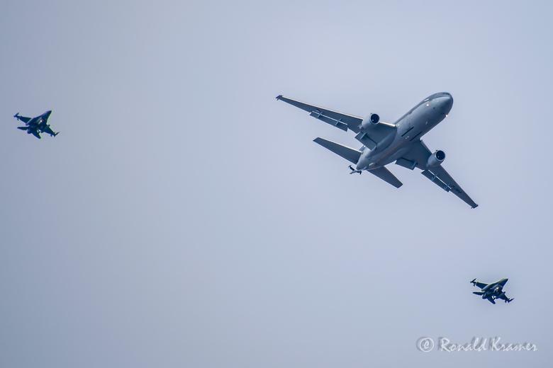 formatievliegen - Na de vliegshow op Texel werd ik getrakteerd op diverse huiswaarts kerende vliegtuigen. Daaronder deze formatie van een tankvliegtui
