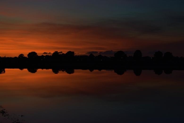 Spiegeltje spiegeltje aan de wand, Nederland is het mooiste land! - Mooie zonsondergang bij het water, midden in de natuur!