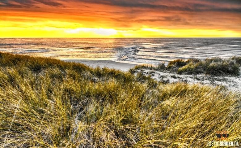 Zonsondergang op Texel. Strandslag Paal 9 - Experiment 3 foto&#039;s over elkaar. Fijne dag!<br /> http://justinsinner.nl<br /> <br /> Bedankt voor