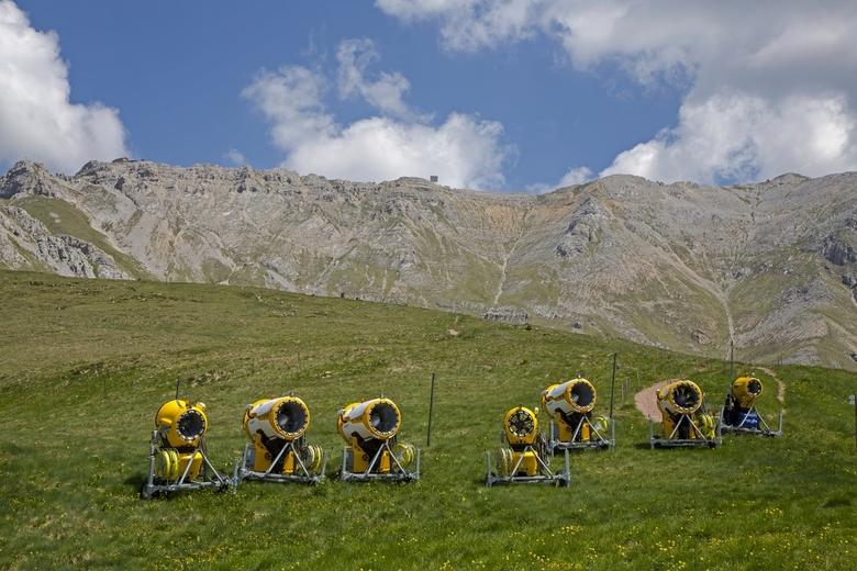 Italië 132 - De sneeuwkanonnen staan er werkloos bij. Gezien de huidige sneeuwsituatie daar zijn we niet meer nodig deze winter.