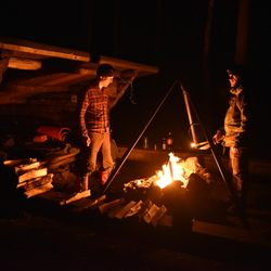 Kampvuur in de nacht in Glaskogen