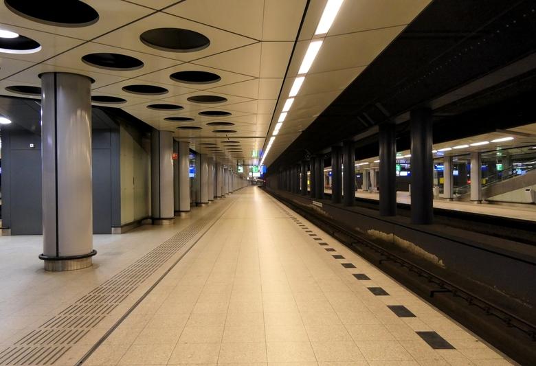 Station Schiphol - Gisteren naar Utrecht met de trein gegaan. Overgestapt op Station Schiphol. Een zeldzaamheid, geen mens te zien.
