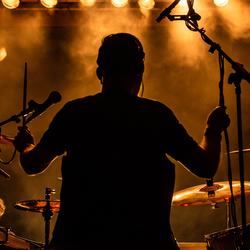 De achtergrond drummer met donker en licht.