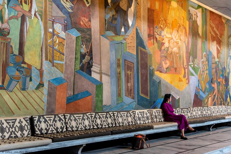 Råthuset - Oslo, Noorwegen. Even pauze! - In de enorme hal van het monumentale stadhuis van Oslo zijn prachtige fresco's en sculpturen van Noorse kuns