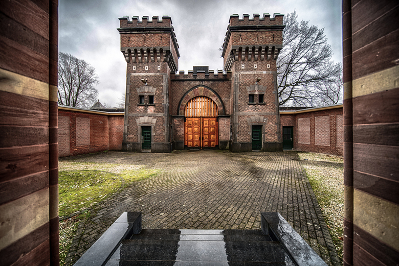 Prison Gates - Gevangenispoort van de voormalige gevangenis De Koepel in Breda. Meerdere belichtingstrapjes, HDR-uitwerking.