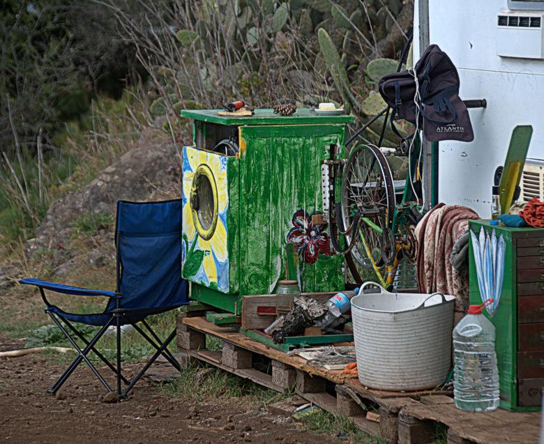 La Palma-2013-157.Onbekommerd. - Hippies wonen op afgelegen plaatsen en<br /> ergens midden in de bergen kom je langs <br /> een ouwe caravan waar d