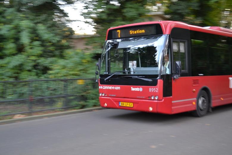Stadsbus met snelheidseffect - Rijdende stadsbus in mooie twentse kleuren, geschoten met een snelheidseffect in 2013