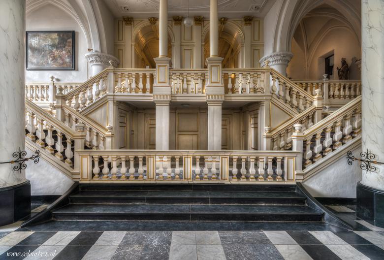 Met een gouden randje - Een gespiegelde trap met een gouden randje.<br /> <br /> De kerk is perfect onderhouden en erg uniek omdat de kerk zo wit is
