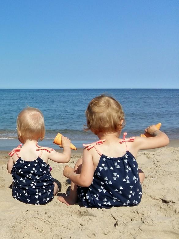 zandmeisjes met ijsjes - Wat wil je nog meer; zon, zee, strand en dat allemaal in Nederland! Voor de meisjes elke dag plezier, maar niet zonder een ij