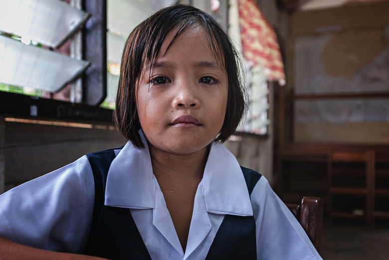 Een traantje wegpinken - Ondanks haar verdriet mocht ik een foto maken van dit meisje. Wij bezochten haar schooltje in Borneo. Haar vader was onze Iba