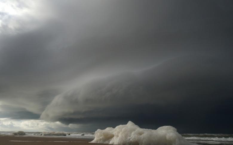DSC05294 - Onheilspellende, dreigende wolkenlucht boven zee