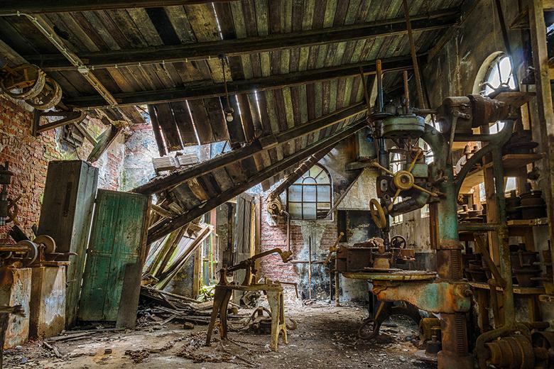 Workshop - De klusruimte van een oude fabriek. Veel spullen staan er nog, maar erg veilig is het niet meer...<br /> Hier is HDR gebruikt voor een goe
